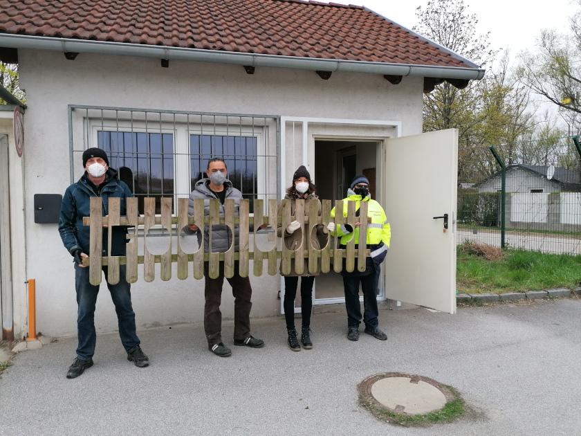 Vier Menschen mit Schild